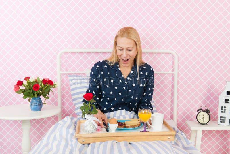 Desayuno de la mujer en cama imágenes de archivo libres de regalías