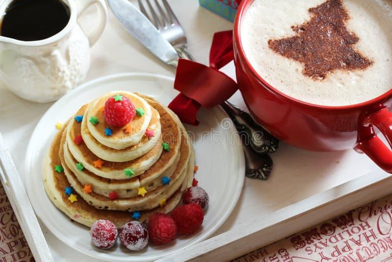 Desayuno de la Navidad en las crepes y el café de una bandeja imagenes de archivo