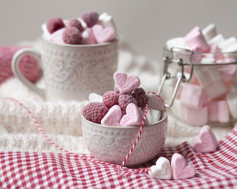 Desayuno de la sorpresa del día de tarjeta del día de San Valentín del santo fotos de archivo libres de regalías