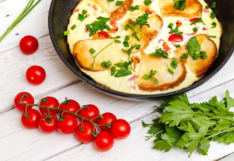 Desayuno de la tortilla de Ustic con los tomates y el perejil fotos de archivo libres de regalías