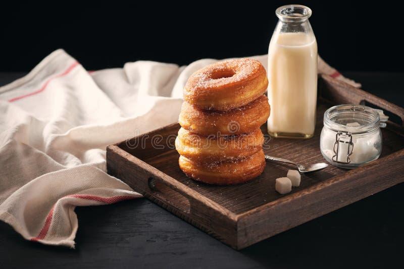 Desayuno de los alimentos de preparaci?n r?pida con el bu?uelo y el caf? imagen de archivo libre de regalías