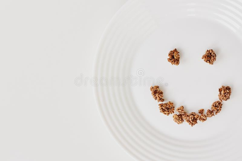 Desayuno de Muesli del cereal en el fondo blanco Concepto sano de la consumición y de la forma de vida imágenes de archivo libres de regalías
