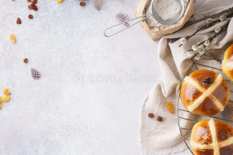Desayuno de Pascua con los bollos cruzados calientes tradicionales imágenes de archivo libres de regalías