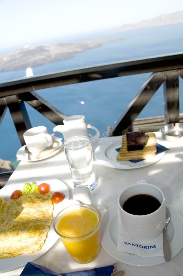 Desayuno de Santorini sobre el puerto imagenes de archivo