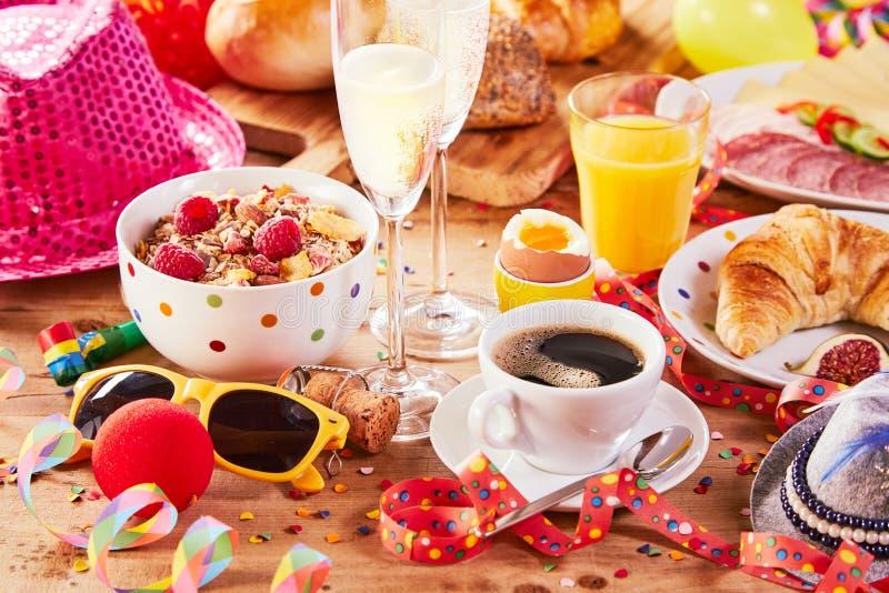 Desayuno del carnaval con los accesorios coloridos del partido fotos de archivo