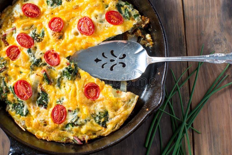 Desayuno del Frittata del cardo suizo y del tomate imagenes de archivo