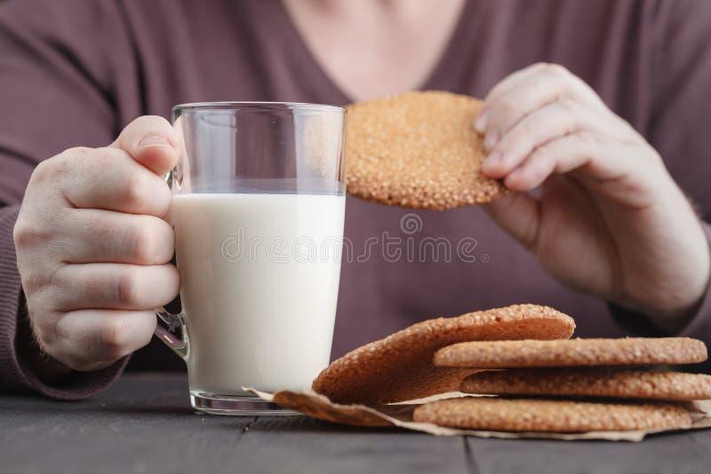 Desayuno del hombre con las galletas medio-orientales del sésamo fotos de archivo libres de regalías