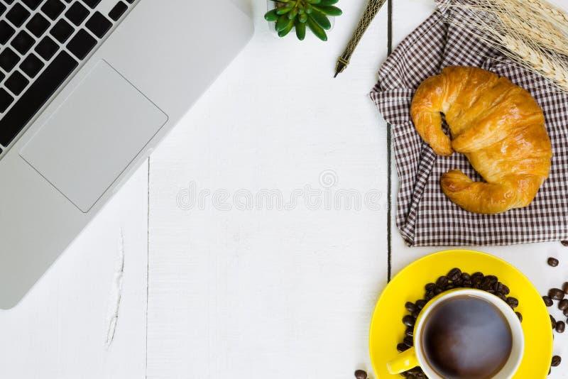 Desayuno del negocio de la visión superior con café y croussant Wh rústico foto de archivo