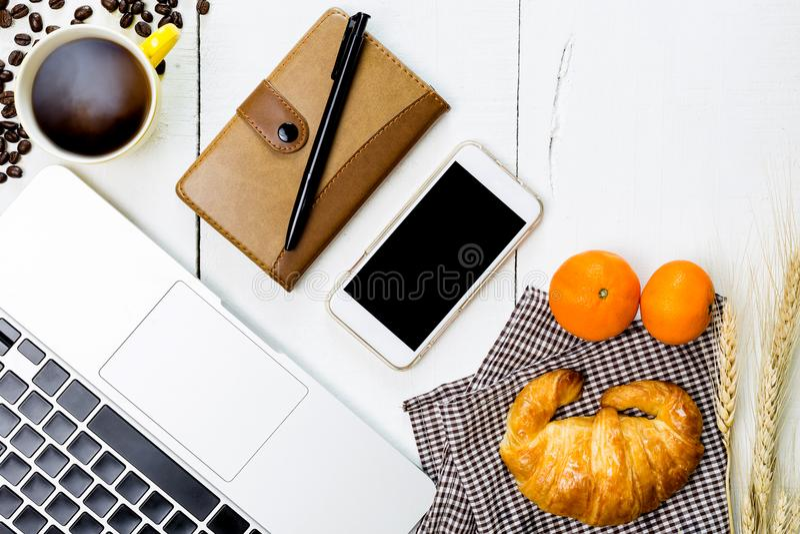 Desayuno del negocio de la visión superior con café y croussant Wh rústico foto de archivo libre de regalías