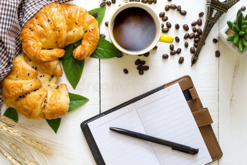 Desayuno del negocio de la visión superior con café y croussant Wh rústico fotografía de archivo