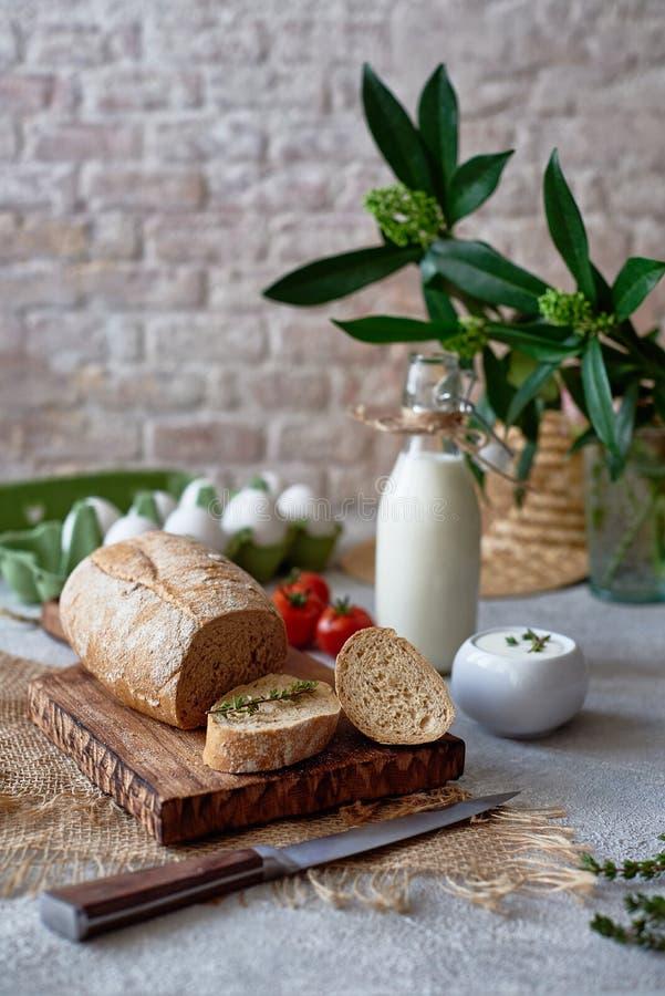 Desayuno del país con el pan, leche, huevo fotografía de archivo libre de regalías
