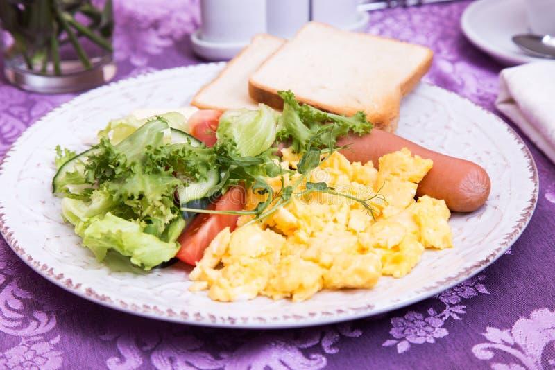 Desayuno del primer de la tortilla, de la salchicha y de la ensalada foto de archivo libre de regalías