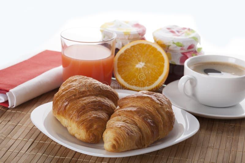 Desayuno delicioso con los cruasanes fotografía de archivo