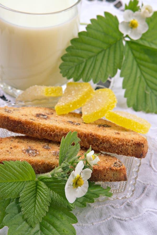 Desayuno dietético con leche imagen de archivo