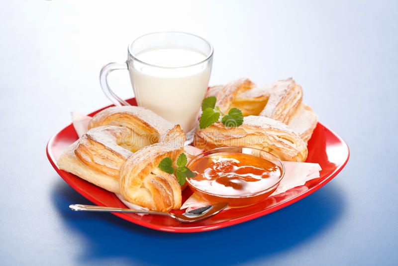Desayuno: dos tortas, leches y atascos del melocotón en la placa fotos de archivo libres de regalías