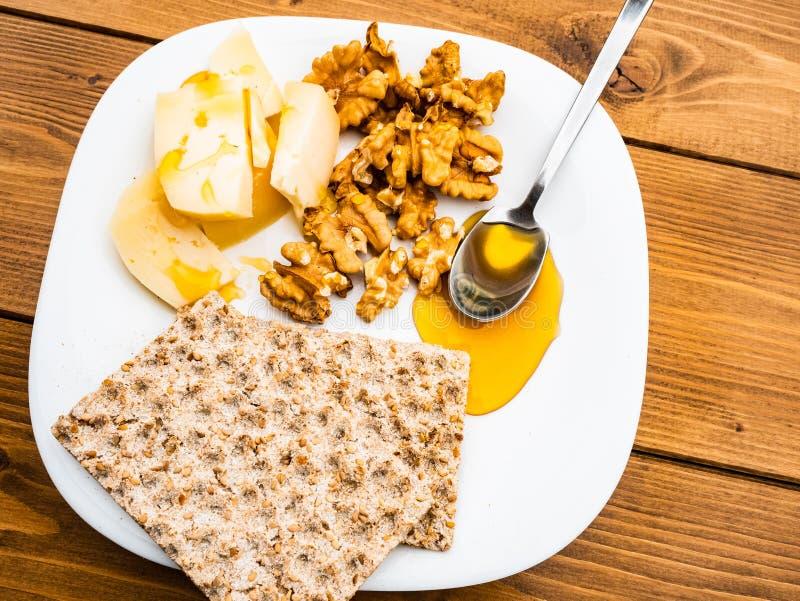 Desayuno dulce y salado en el al aire libre sano italiano muy sano con el queso hecho en casa de la leche de vaca foto de archivo