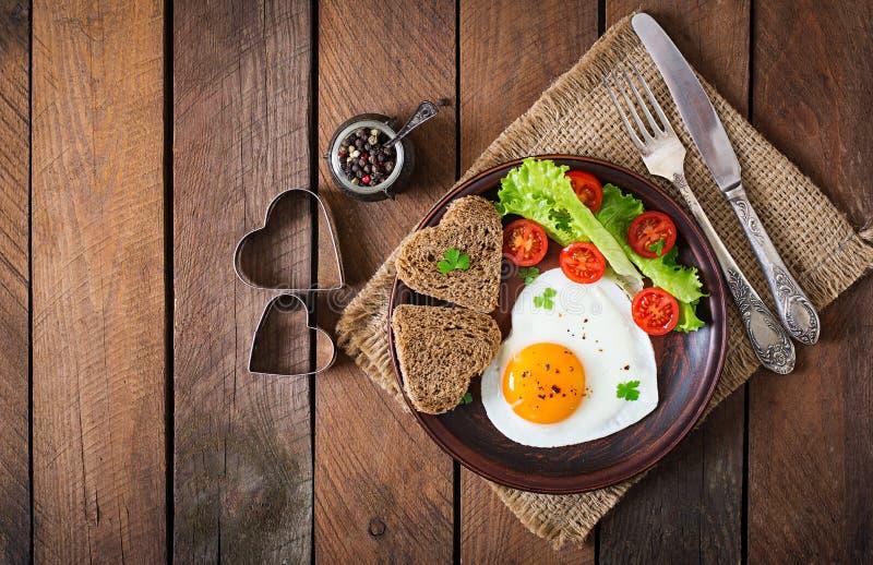 Desayuno el día de tarjeta del día de San Valentín - huevos fritos foto de archivo