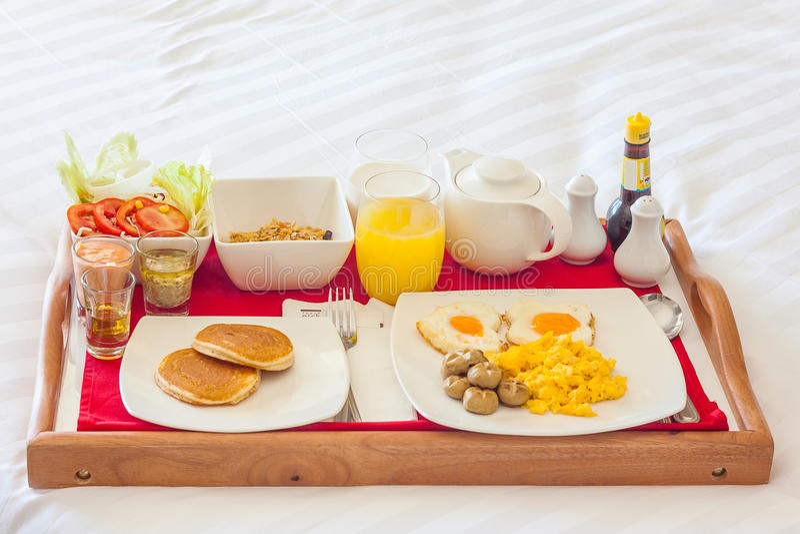 Desayuno en bandeja en cama foto de archivo imagen de cama coma 66993168 - Bandeja desayuno cama ...