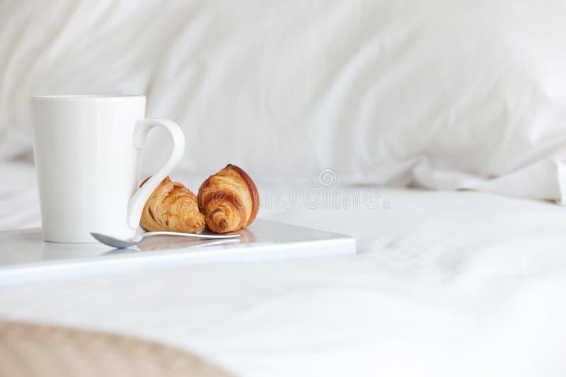 Desayuno en cama fotos de archivo