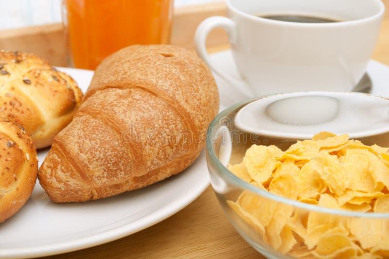 Desayuno en cama foto de archivo libre de regalías