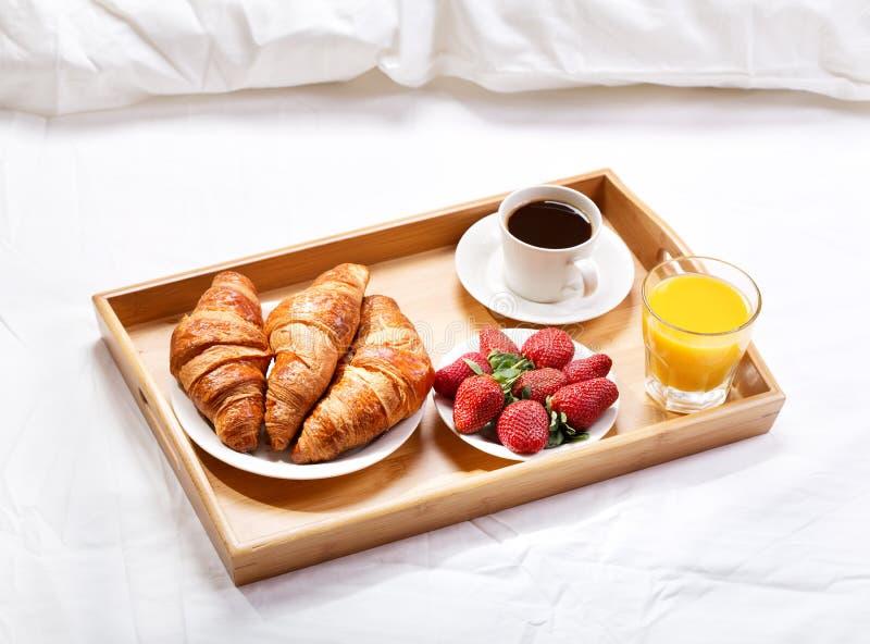 Desayuno en cama imagen de archivo imagen de desayuno 51803673 - Bandeja desayuno cama ...