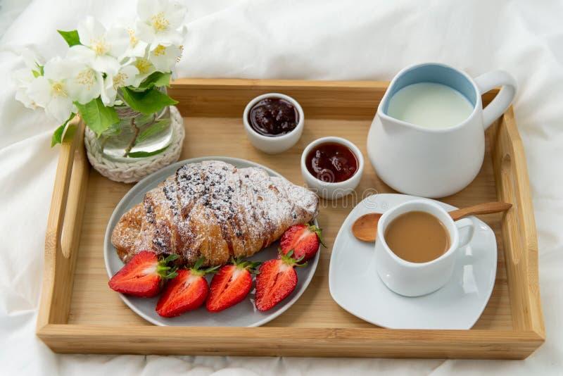 Desayuno en cama imágenes de archivo libres de regalías