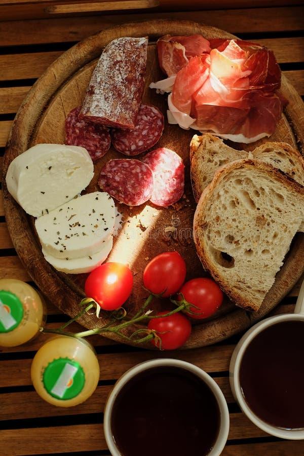Desayuno en cama Bocadillo hecho en casa orgánico fresco con las tostadas oscuras del cereal del centeno del cereal, salami, toma fotos de archivo