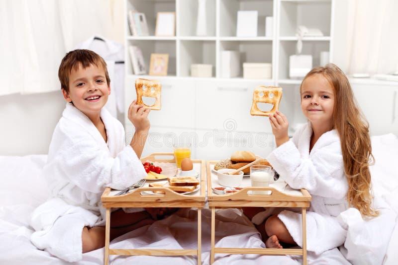 Desayuno en cama con los cabritos felices foto de archivo libre de regalías