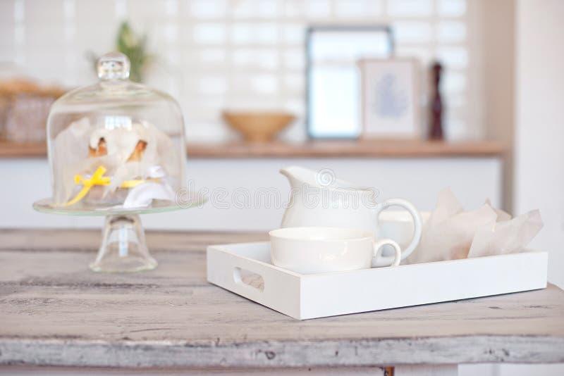 Desayuno en cama en un cuarto hermoso y una tabla de madera para un producto o un texto publicitario imagenes de archivo