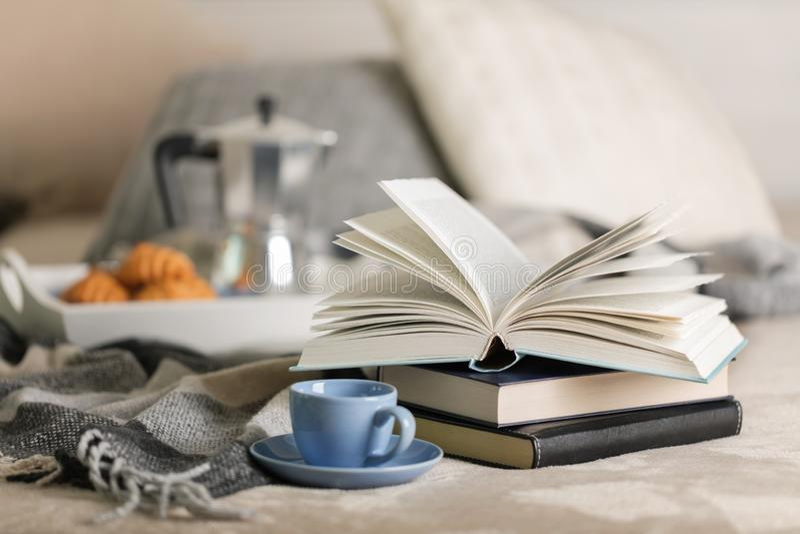 Desayuno en cama En una bandeja blanca hay un fabricante de café, una taza y cruasanes azules del café fotografía de archivo