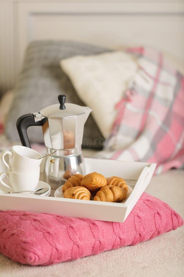 Desayuno en cama En una bandeja de mimbre blanca hay un fabricante de café foto de archivo libre de regalías
