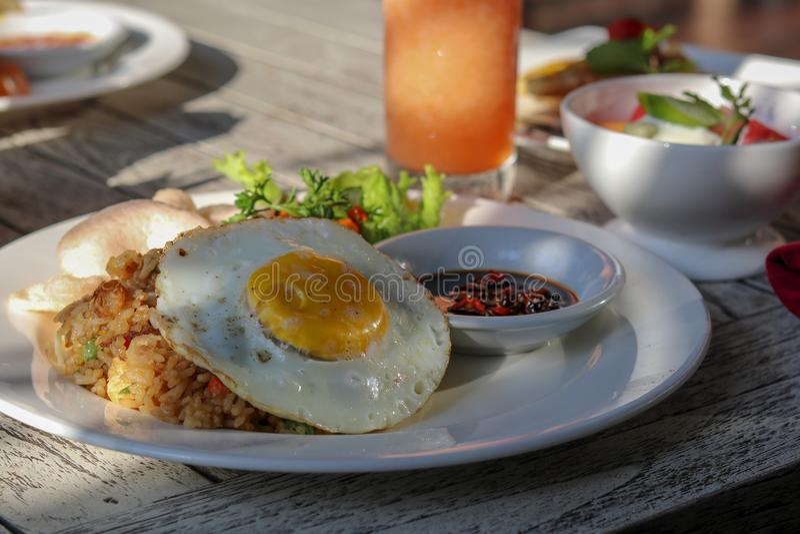 Desayuno en centro turístico tropical en Bali Dieta exótica del verano trópico imagen de archivo