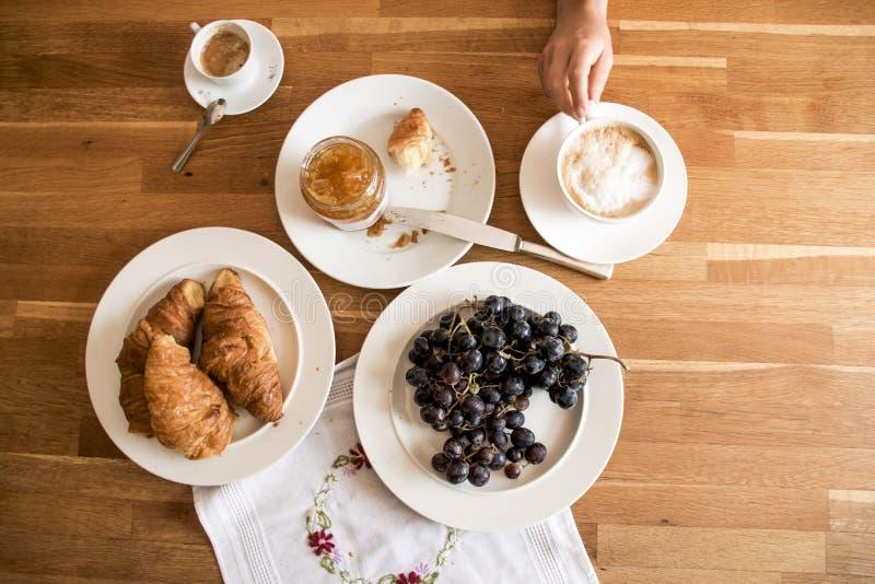 Desayuno en la tabla de madera imágenes de archivo libres de regalías