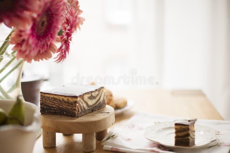 Desayuno en la tabla por la ventana Un ramo de flores y de café Buenos días Copie el espacio imagen de archivo libre de regalías
