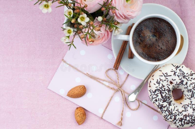 Desayuno encantador en colores rosados fotografía de archivo