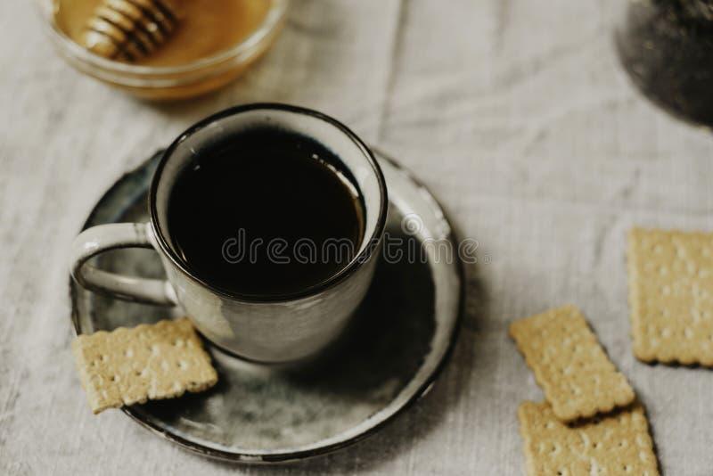 Desayuno estacional acogedor de la caída o del invierno con la miel caliente de la bebida y foto de archivo libre de regalías