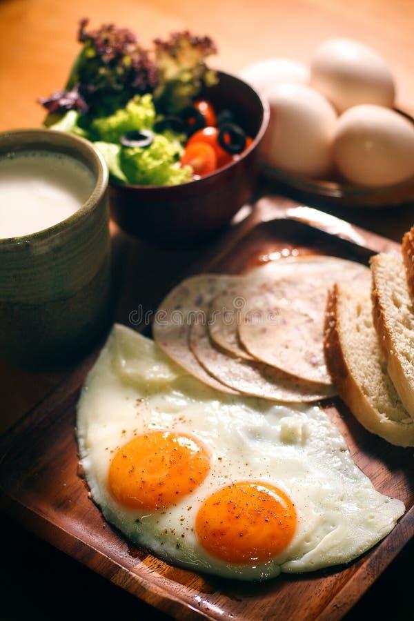 Desayuno fijado huevos equilibrados de la nutrición imagen de archivo libre de regalías