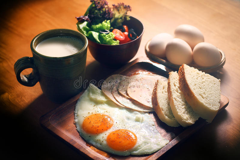 Desayuno fijado huevos equilibrados de la nutrición imagen de archivo