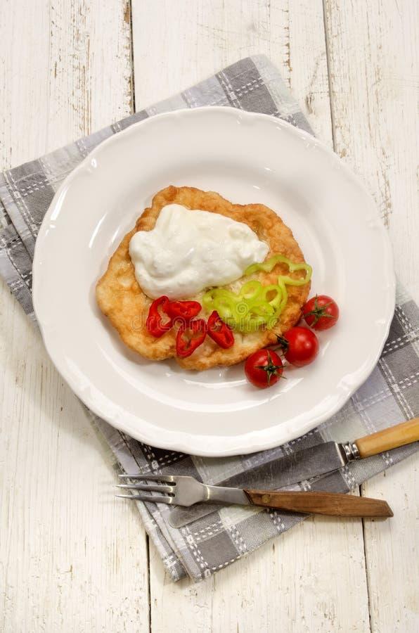 Desayuno húngaro con langos y paprika imagen de archivo