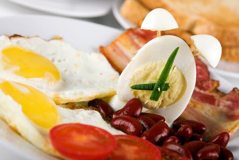 Desayuno inglés con el alarmar-huevo foto de archivo libre de regalías