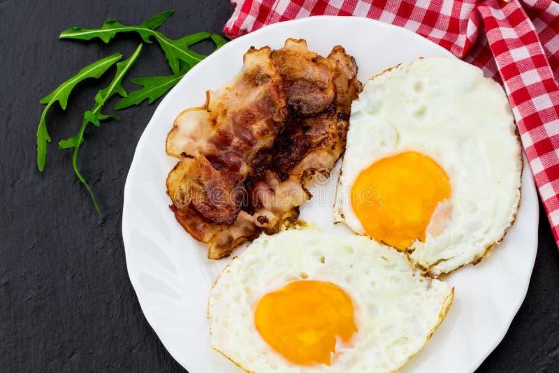 Desayuno inglés - huevo frito y tocino Visión superior fotografía de archivo