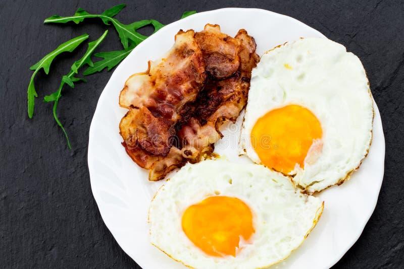 Desayuno inglés - huevo frito y tocino Visión superior imágenes de archivo libres de regalías