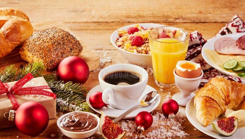 Desayuno intercontinental de la Navidad colorida foto de archivo