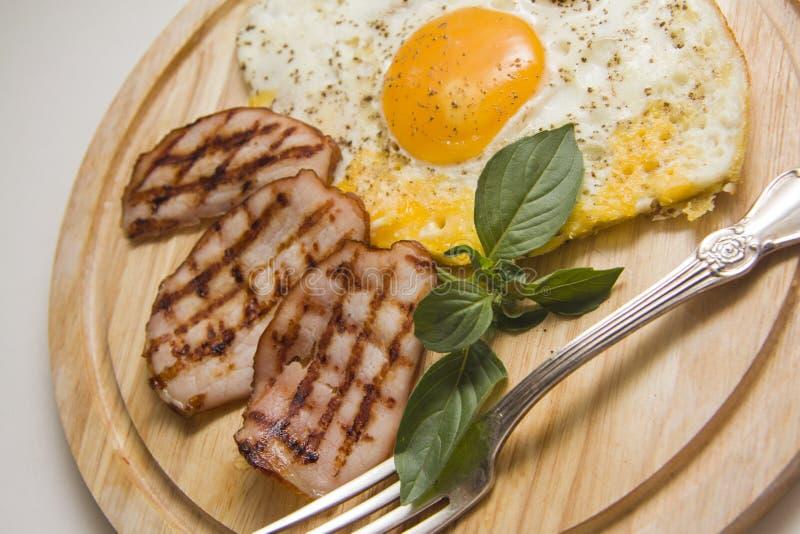 Desayuno juguetón con los huevos imagen de archivo