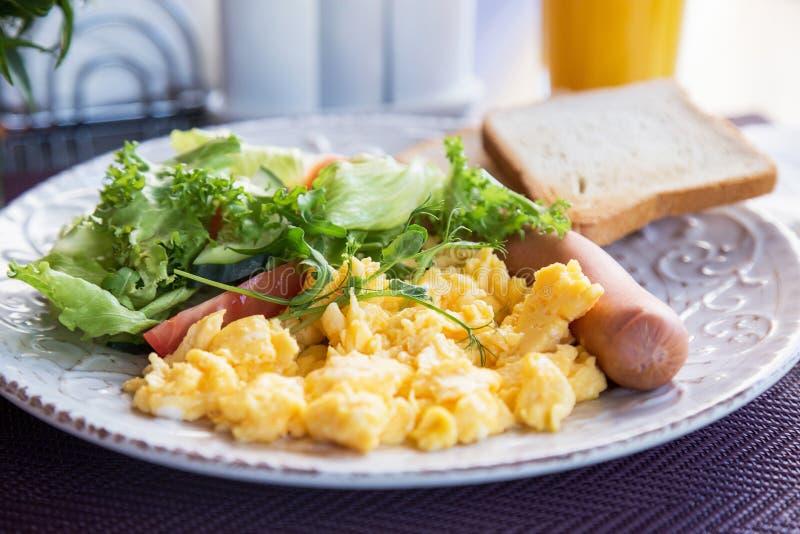 Desayuno ligero de la tortilla, de la salchicha y de la ensalada imagen de archivo