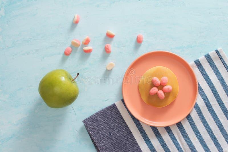 Desayuno o postre - crepe del ` s de los niños con candi de la melcocha imagenes de archivo