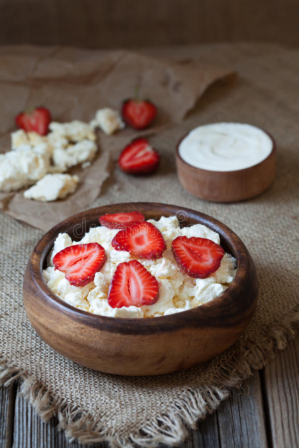 Desayuno orgánico natural hecho en casa del requesón fotos de archivo