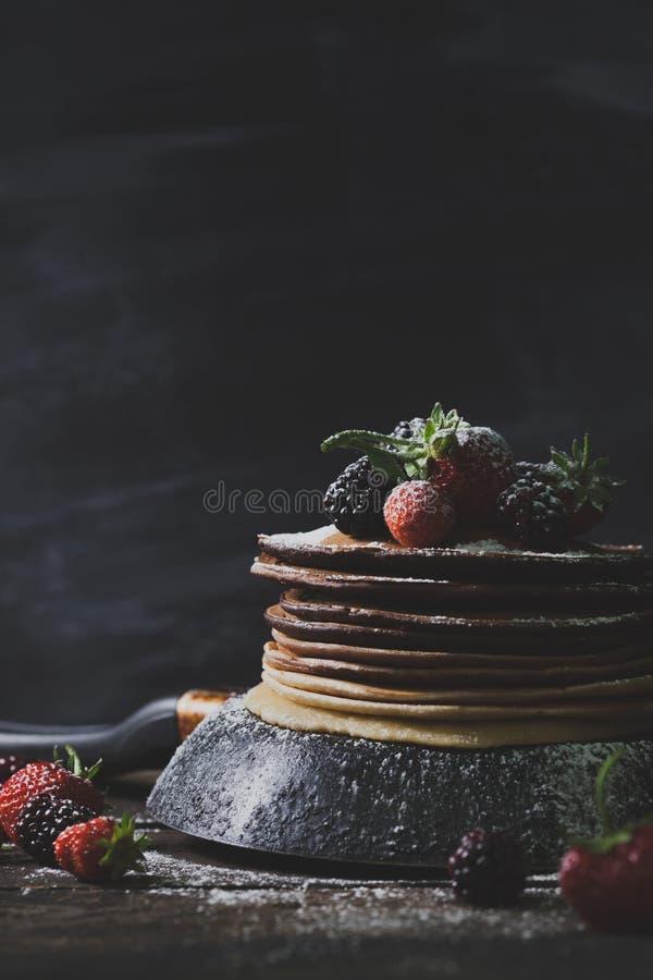 Desayuno rústico con las crepes del chocolate, fresas, blackber fotos de archivo libres de regalías