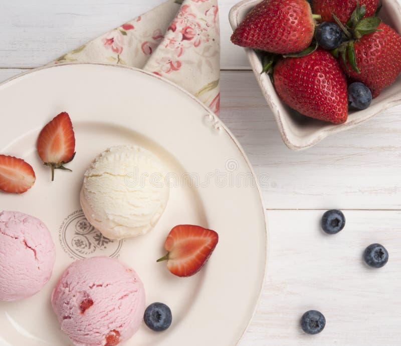 Desayuno rústico de la mañana del café express de la opinión de top del café de la vainilla y de la fresa del helado imagen de archivo