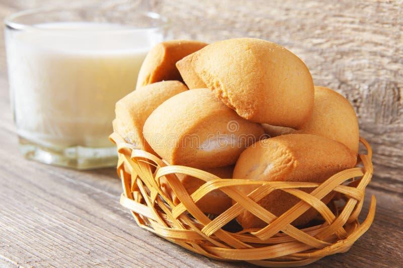 Desayuno rústico hecho en casa de las galletas frescas con leche de vaca en fondo de madera Comida ligera del concepto fotografía de archivo